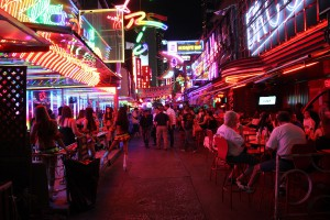 Die Soi Cowboy in Bangkok ist eine der bekanntesten Vergnügungs- und Rotlichbezirke der Stadt