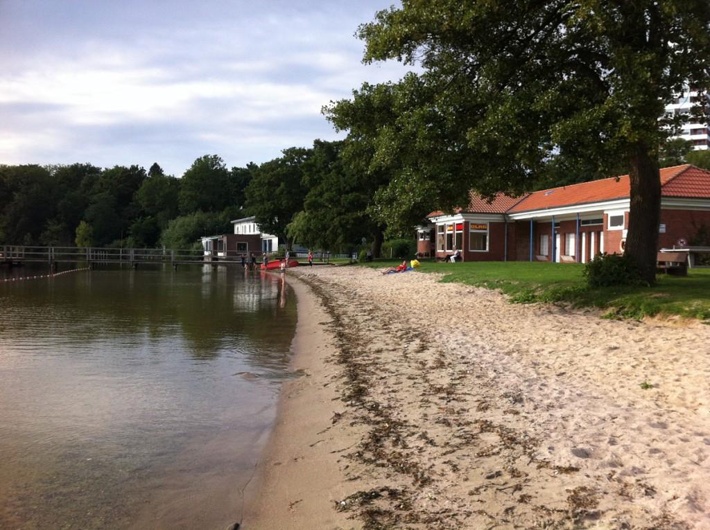Strand am Plöner See - Badebereich und DLRG-Station