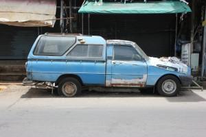 Hat schon bessere Zeiten erlebt - Auto in Surat Thani