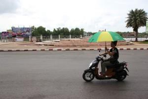 Rollerfahrt mit Regenschirm in Surat Thani