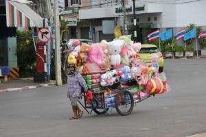 Handkarren voller Spielzeug in Surat Thani
