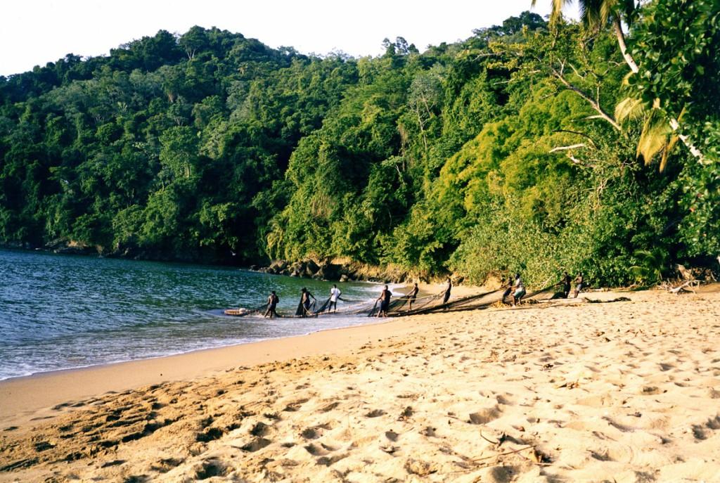 Fischer auf Tobago in einer kleinen Bucht