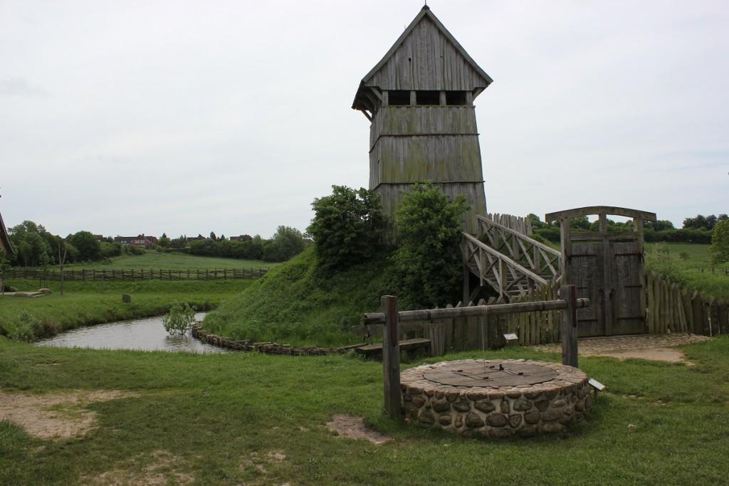 Turmhügelburg Lütjenburg - Turm, Brücke, Burggraben und Brunnen