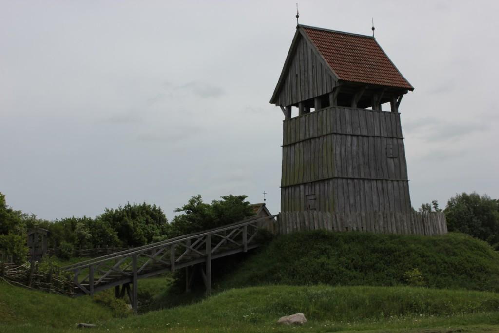 Turmhügelburg Lütjenburg - Turm, Brücke und Burggraben