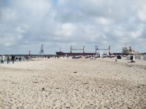 Frachter am Strand von Warnemünde