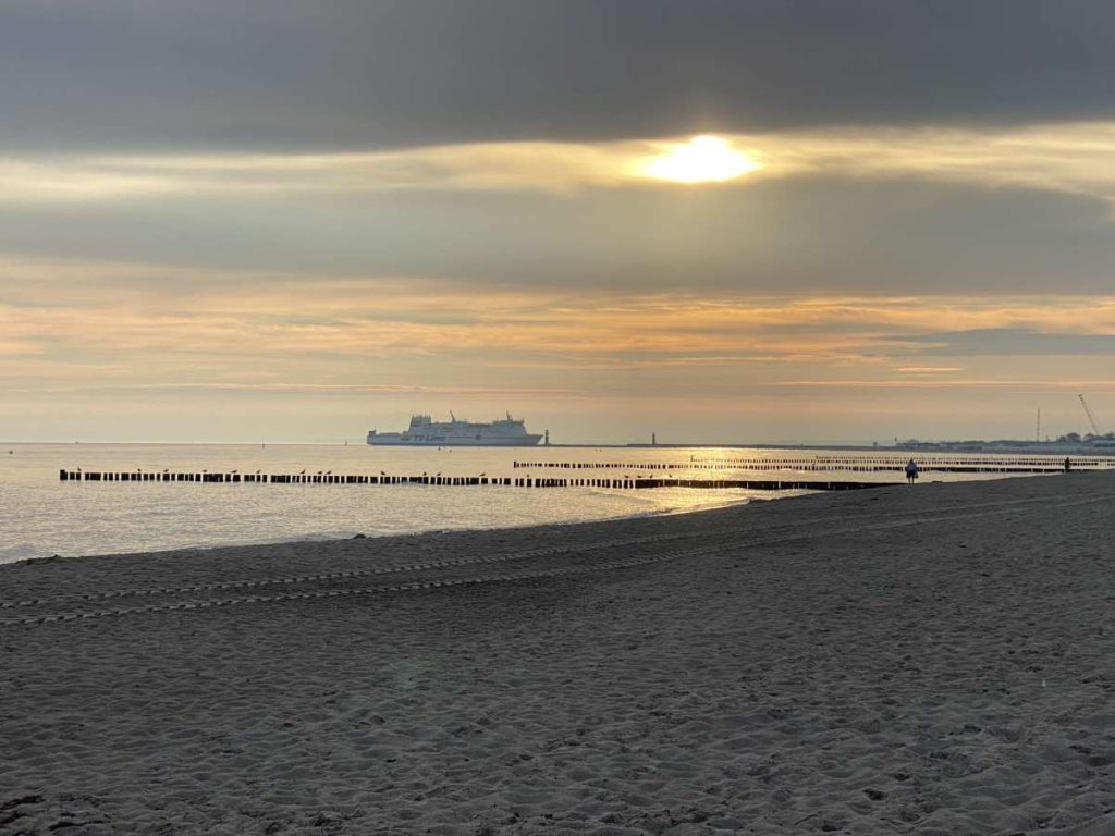 Warnemünde Strand Sonnenaufgang TT-Line Fähre