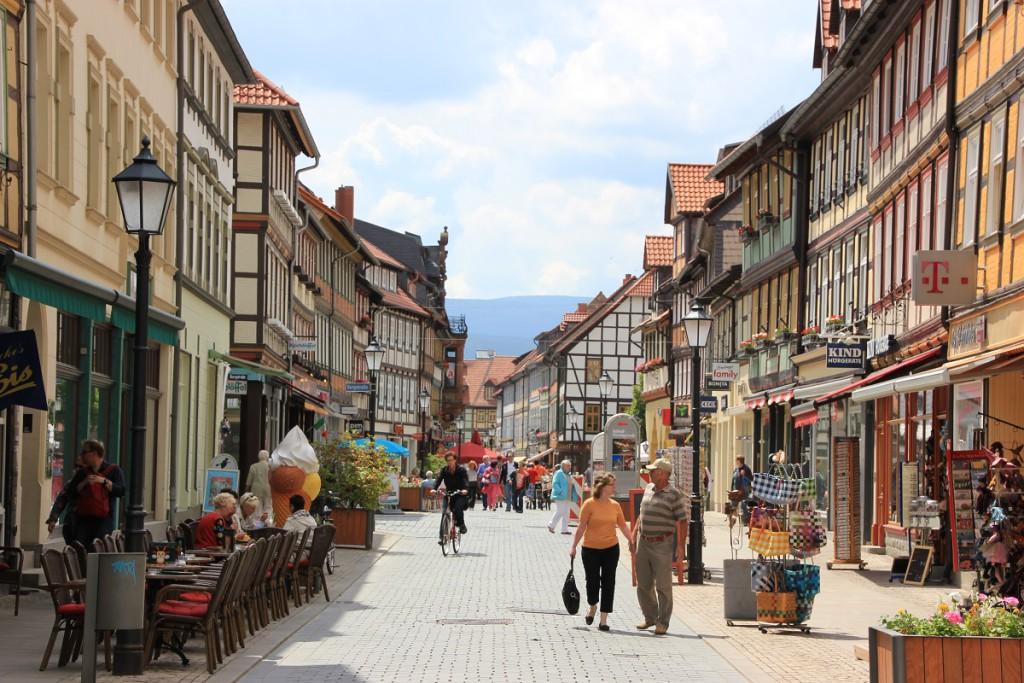 Altstadt von Wernigerode mit kleinen Geschäften, Restaurants und Cafés