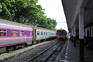 Züge im Bahnhof Bang Sue am Bahngleis